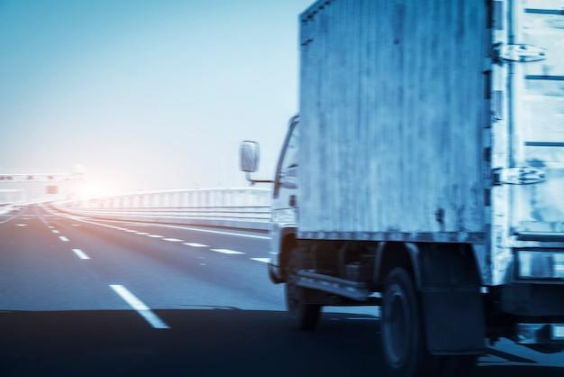 Ciężarówka typu van na autostradzie