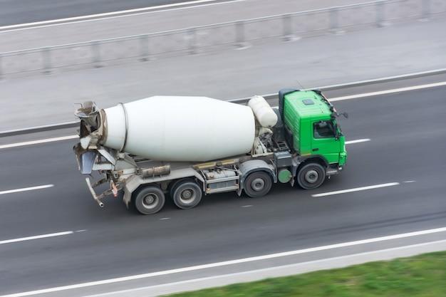 Ciężarówka z betonomieszarki jazdy na autostradzie.