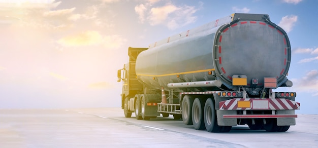 Ciężarówka z gazem na autostradzie z pojemnikiem na olej zbiornik, koncepcja transportu., import, eksport logistyka przemysłowa transport transport lądowy na autostradzie z błękitnym niebem.obraz rozmycie ruchu