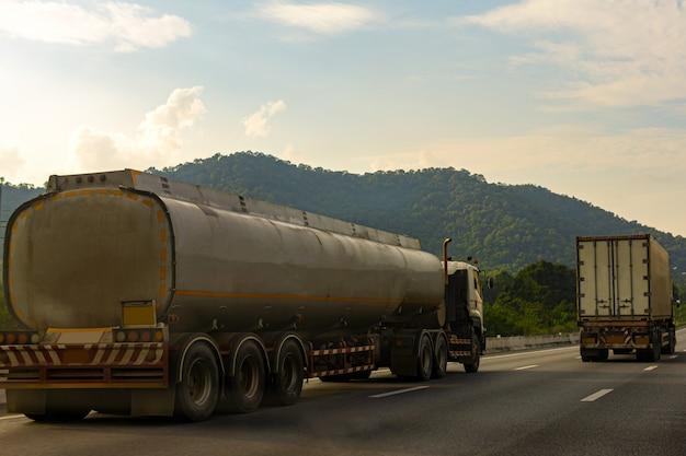 Ciężarówka z gazem na drodze autostrady ze zbiornikiem oleju zbiornika