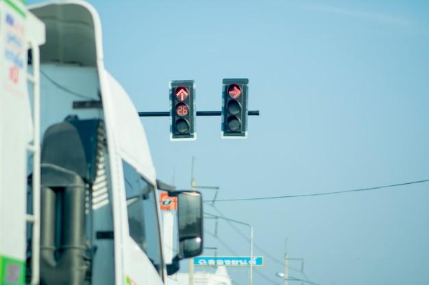Ciężarówka zaparkowana obok czerwonego światła.
