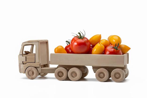 Ciężarówka żółte i czerwone pomidory w ciężarówce zabawki