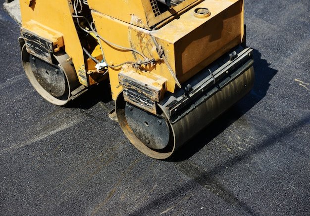 Ciężka praca przy budowie asfaltu