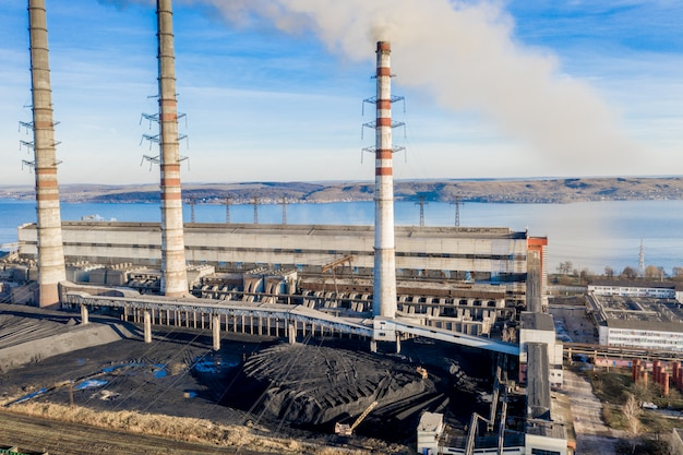 Ciężka przemysłowa elektrownia węglowa z rurami i dymem w czerni i bieli