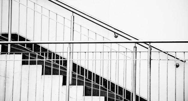 Ciężki cień cementowych schodów. czarny i biały