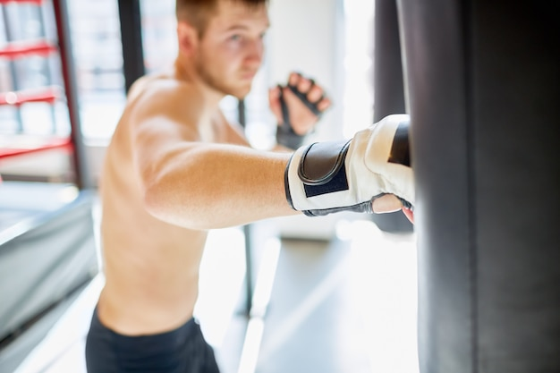 Ciężki cios w worek treningowy