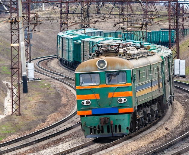 Ciężki elektryczny pociąg towarowy na ukrainie