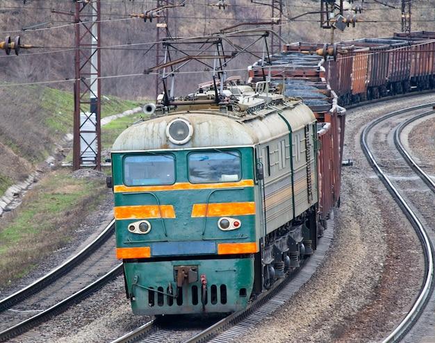 Ciężki pociąg elektryczny z węglem na ukrainie
