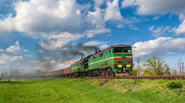 Ciężki pociąg towarowy prowadzony lokomotywą spalinową na ukrainie
