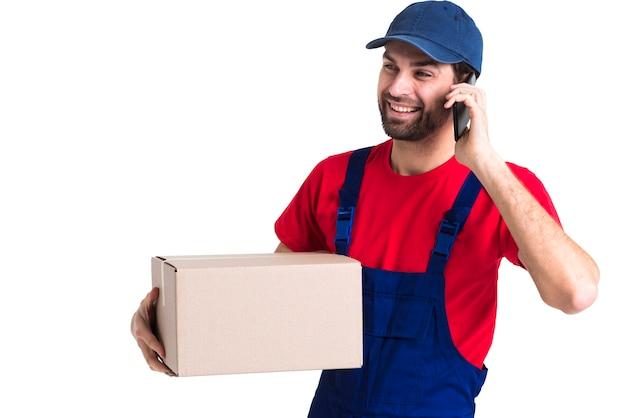 Ciężki pracownik kurier mężczyzna rozmawia przez telefon