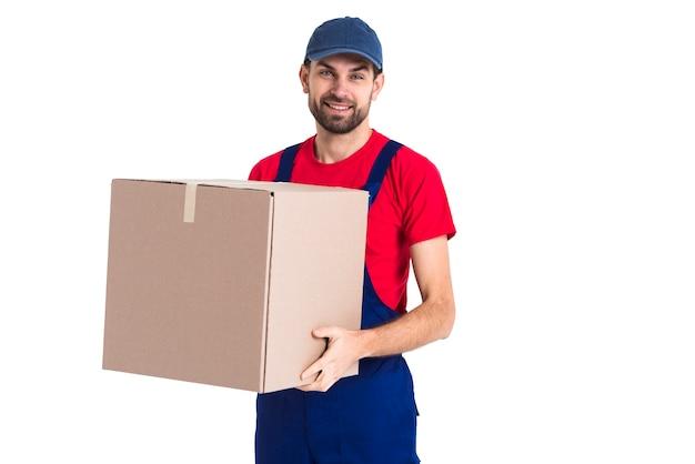 Ciężki pracownik kurier mężczyzna trzyma duże pudełko