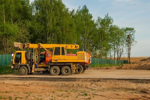 Ciężki sprzęt zaparkowany w pobliżu placu budowy. kamieniołom przemysłowy piasku.