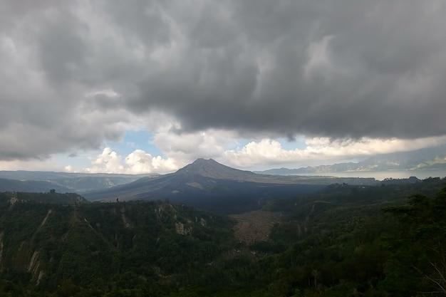 Ciężkie chmury i spalona równina w pobliżu wulkanu batur na wyspie bali indonezja