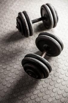 Ciężkie hantle na siłowni crossfit