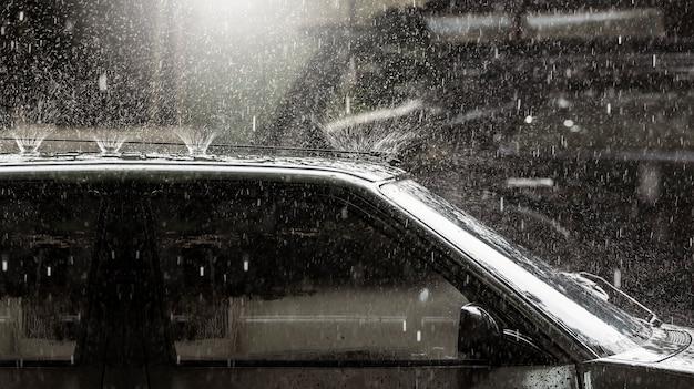 Ciężkie rai na dachu rocznika samochodu