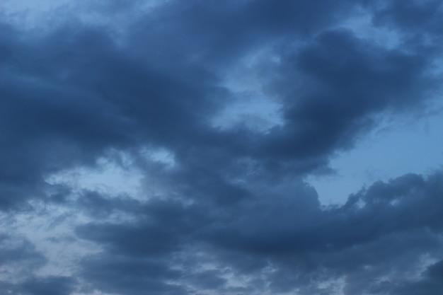 Ciężkie szare chmury na niebie