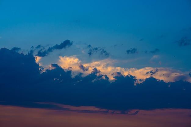 Ciężkie zachmurzone niebo o zachodzie słońca. krajobraz pięknej przyrody.