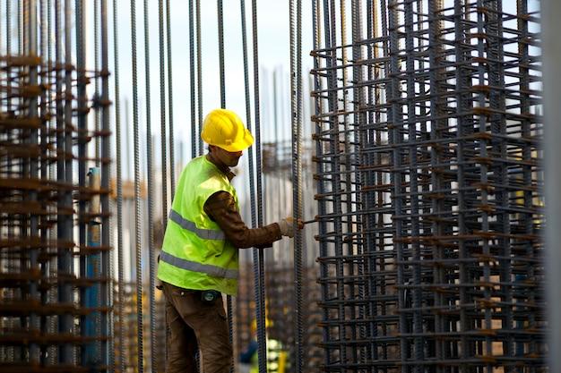 Ciężko pracuje budowy pracownik budowlany człowiek