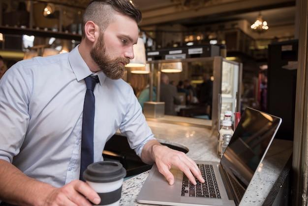 Ciężko pracuje na swoim laptopie