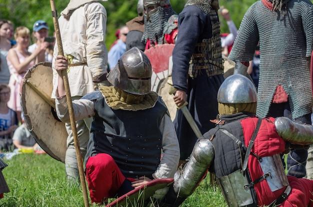 Ciężko uzbrojeni średniowieczni wojownicy
