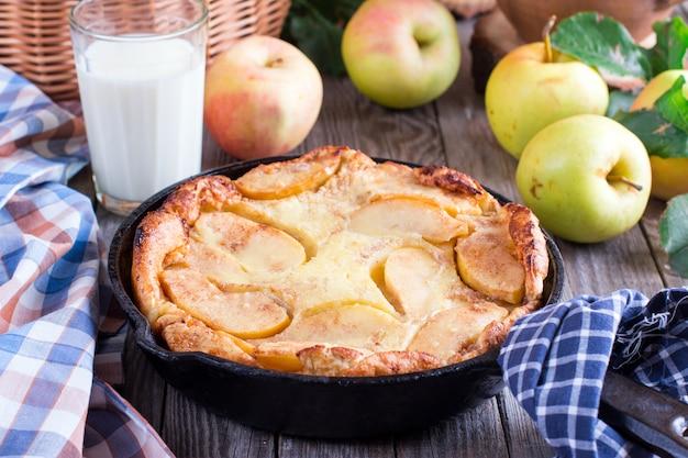Cinnamon apple dutch baby pancake na żelaznej patelni