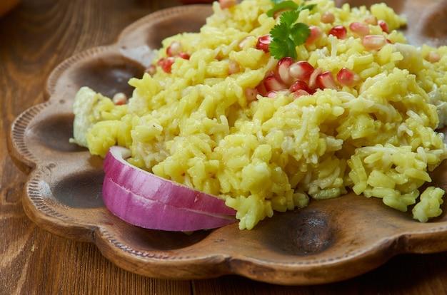 Ciocie ormiański pilaw ryżowy, przygotuj danie ryżowe z makaronem i bulionem z kurczaka, kuchnia ormiańska, tradycyjne dania różne, widok z góry.