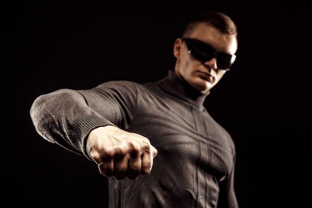 Cios dla prawej ręki zbliżenie męskiej pięści okulary przeciwsłoneczne