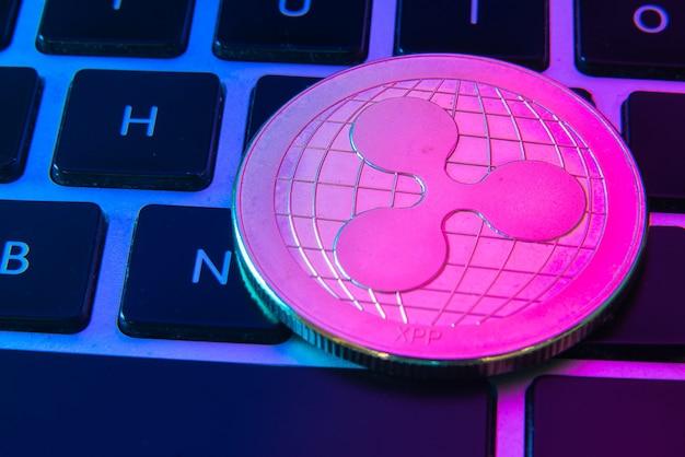 Circle ripple monety na górze przycisków klawiatury komputera.
