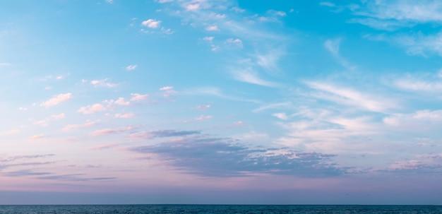 Cirrus wielobarwne chmury nad morzem przed wschodem lub po zachodzie słońca