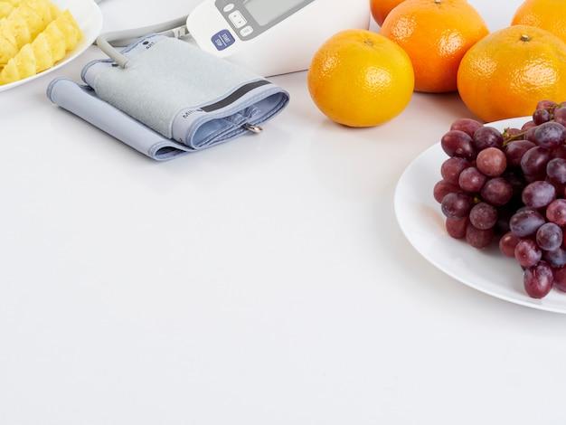 Ciśnieniomierz i owoce