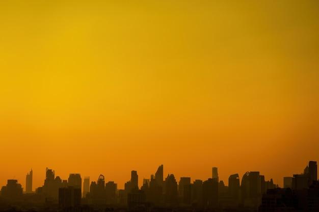 City scape sylwetki pomarańczowe niebo z szeroką przestrzenią do kopiowania.