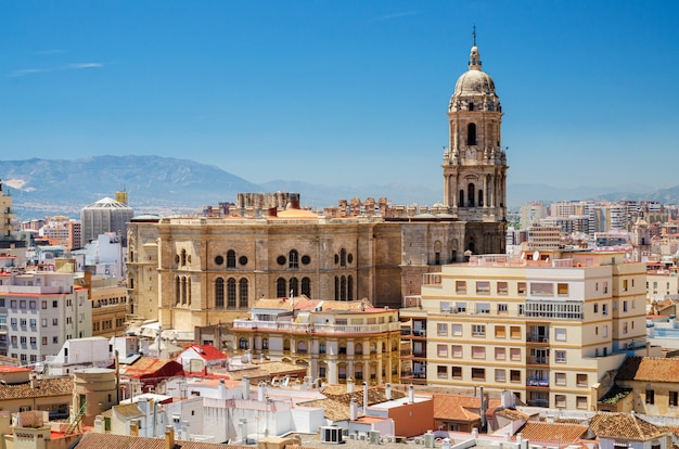 Cityscape widok z lotu ptaka malaga, z katedrą i panoramą miasta hiszpanii.