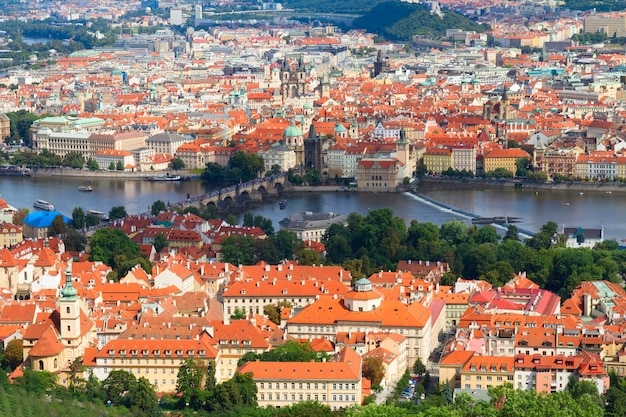 Cityscaspe pragi z góry w letni dzień, republika czeska