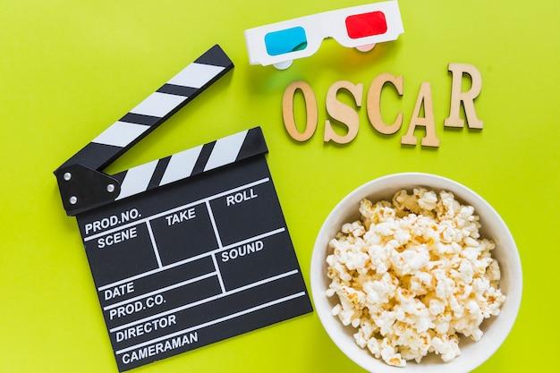 Clapboard w pobliżu okularów 3d, popcorn i napis