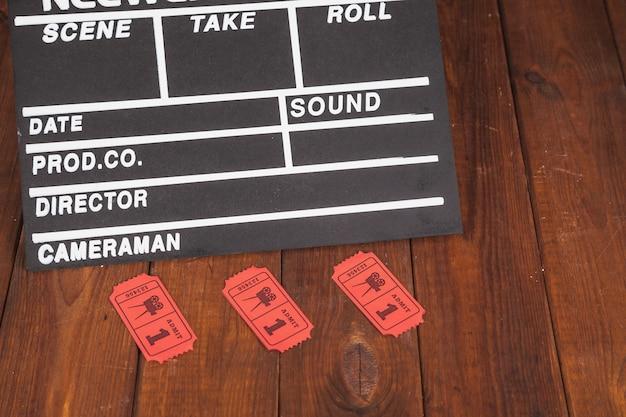 Clapperboard i czerwone bilety