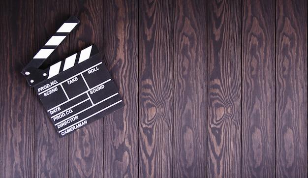 Clapperboard on wood concept przemysł filmowy, film, film, złoty glob i oscar jako podłoże
