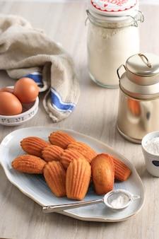 Classic homemade madeleines - francuski biszkopt zapiekany w formie muszli