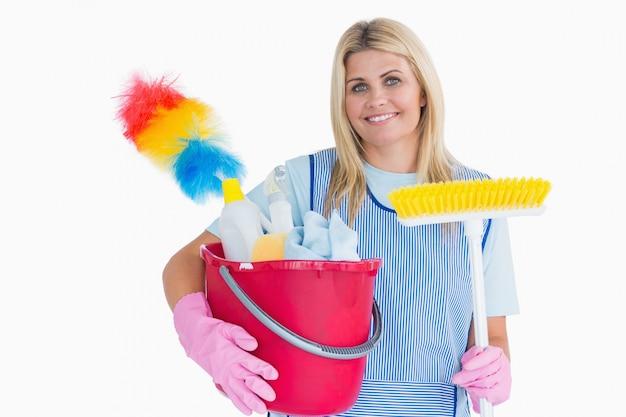 Cleaner trzyma wiadro z miotłą