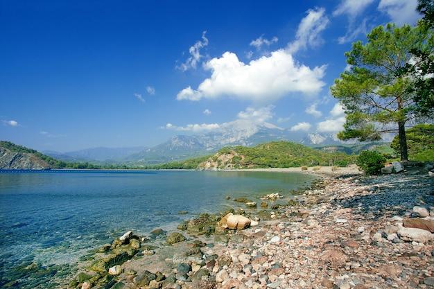 Cleopatra zatoka blisko kemer, turcja. plaża przy phaselis w antalya, turcja.