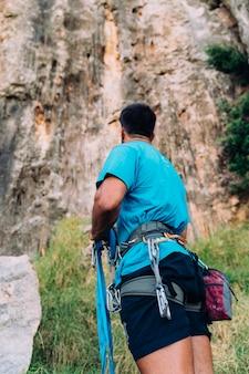 Climber patrz? c na urwisko