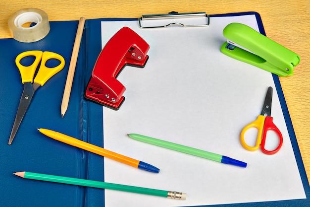 Clip board folderu plików z arkuszem papieru i materiałami biurowymi, makiety do projektowania z miejscem na kopię.