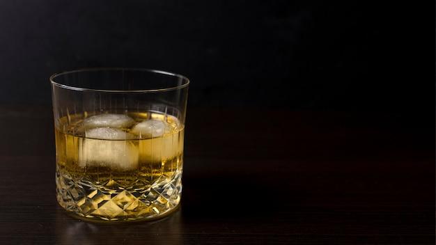 Close-up aromatyczny napój alkoholowy z miejsca na kopię