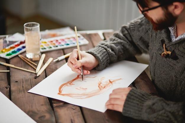 Close-up artysty przy użyciu szczotki