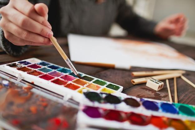 Close-up artysty trzyma pędzel