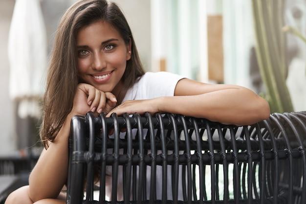 Close-up atrakcyjna zalotna opalona kobieta europejska chude krzesło stre