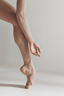Close-up baleriny nogi na białej podłoga