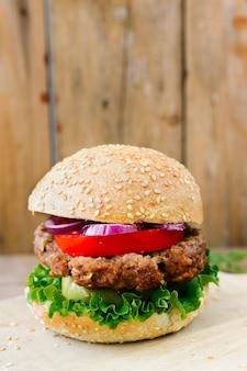 Close-up burger z frytkami na talerzu