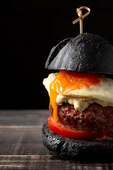 Close-up burger z jajkiem