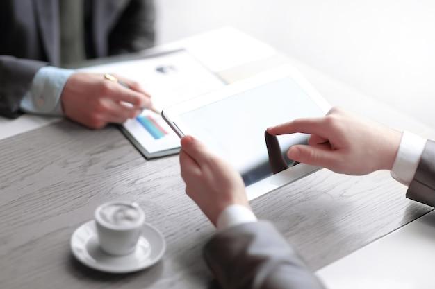 Close up.business koledzy analizują dane finansowe. zdjęcie z miejscem na kopię