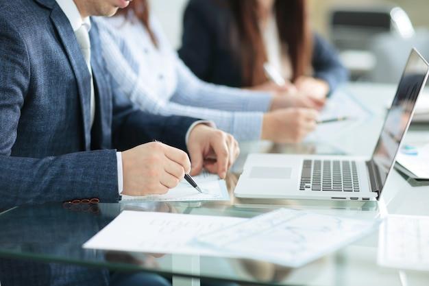 Close up.businessman sprawdzanie sprawozdań finansowych. pomysł na biznes